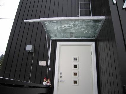 Glasstak over inngang